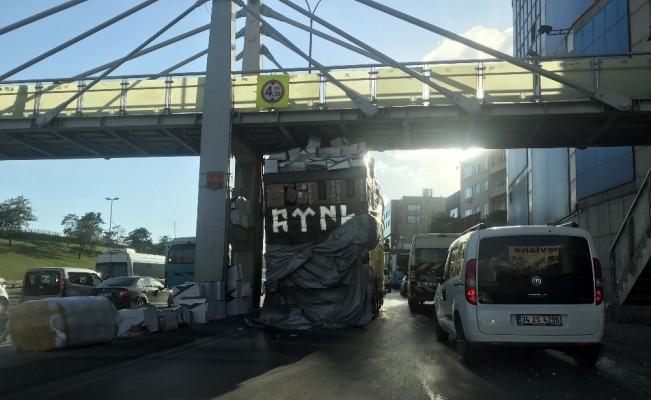 Sefaköy'de aşırı yüklü kamyon üst geçide sıkıştı