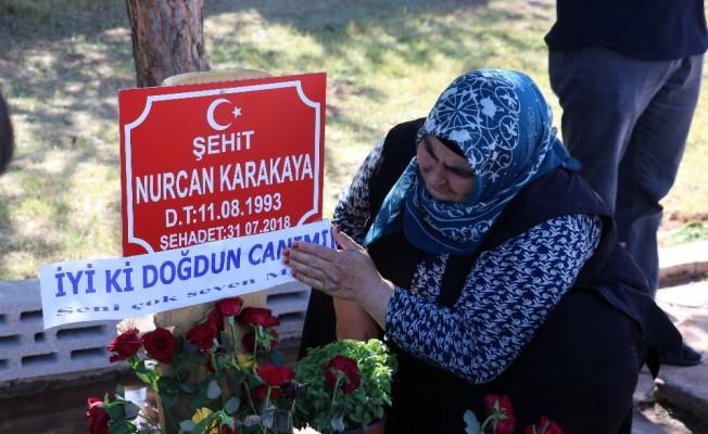 Şehit annenin mezarına doğum günü ziyareti