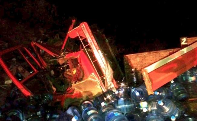 Toprak yığınına çarpan kamyonun sürücüsü öldü