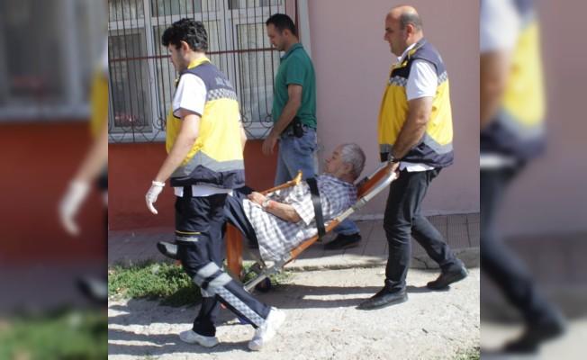 Yaşlı adam eşini bıçakladı