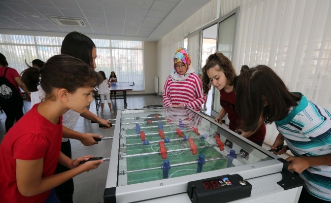 Yenimahalleliler, gençlik merkezinde eğleniyor