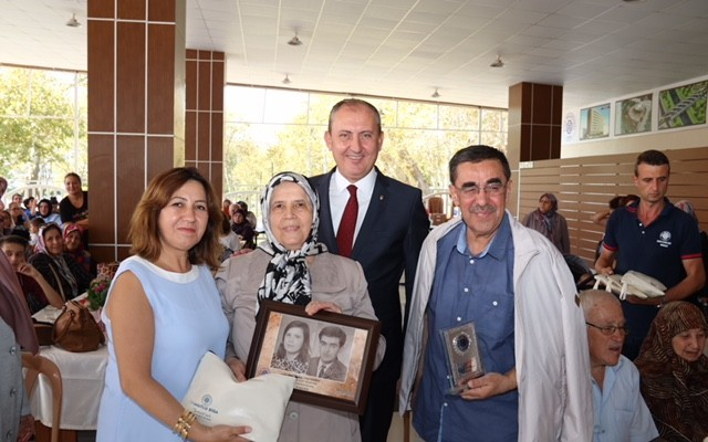 50 yıl mutlu yaşadılar, hediyelerini Başkan Işık'tan aldılar