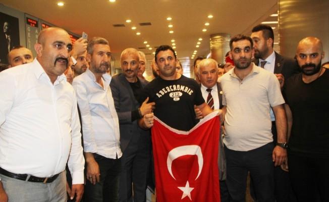 ABD'de serbest bırakılan Sinan Narin Türkiye'ye döndü