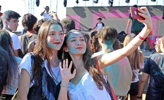 Antalya'da gençler okul öncesi boya savaşında stres attı