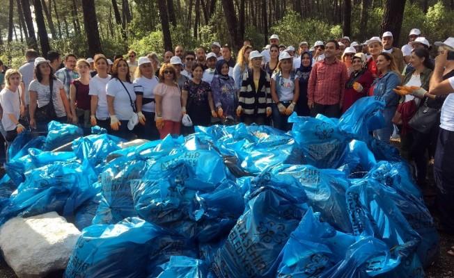 Ataşehir'de dakikalar içerisinde tonlarca çöp toplandı