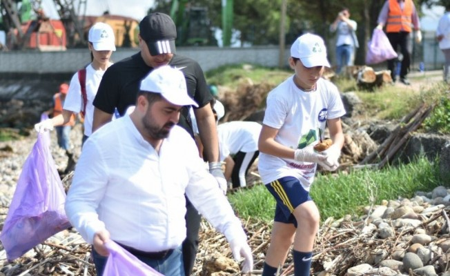 Başkan gençlerle çöp topladı