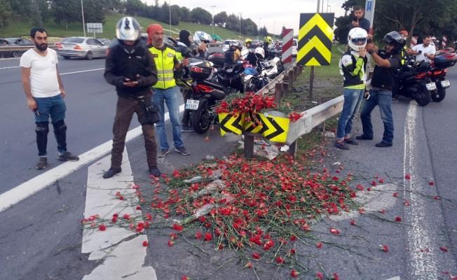 Bin motosikletli Yusuf Durup'un hayatını kaybettiği sapağa karanfil bıraktı