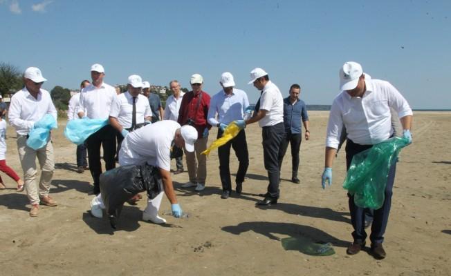 Bulgar yetkililer longoz ormanlarında çöp topladı