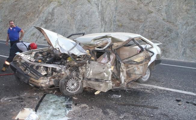 Çekici ile çarpışan otomobil hurdaya döndü: 1 ölü, 1 yaralı