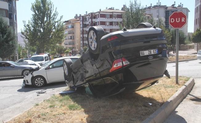 Elazığ'da iki otomobil çarpıştı, biri takla attı :4 yaralı