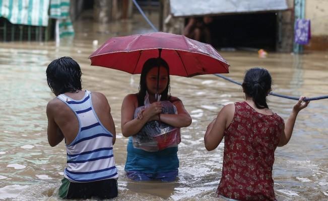 Filipinler'i vuran süper tayfun 'Mangkhut' 3 can aldı