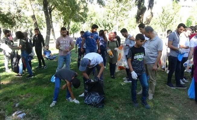 Gönüllüler Batman'da çöpleri topladı