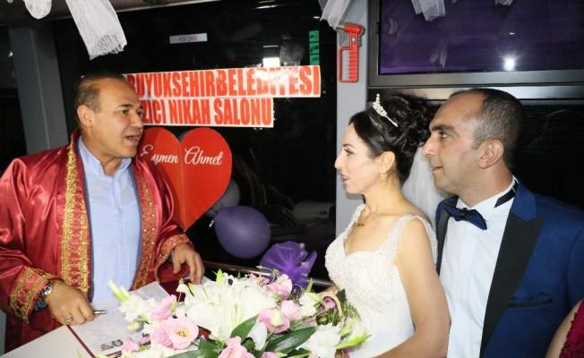 Halk otobüsünde nikah töreni