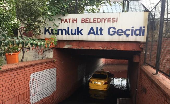 İstanbul'da yağış sonrası taksi alt geçitte mahsur kaldı