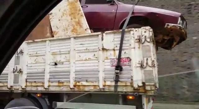 Kasasında hurda otomobil taşıyan kamyon, görenleri şaşırttı