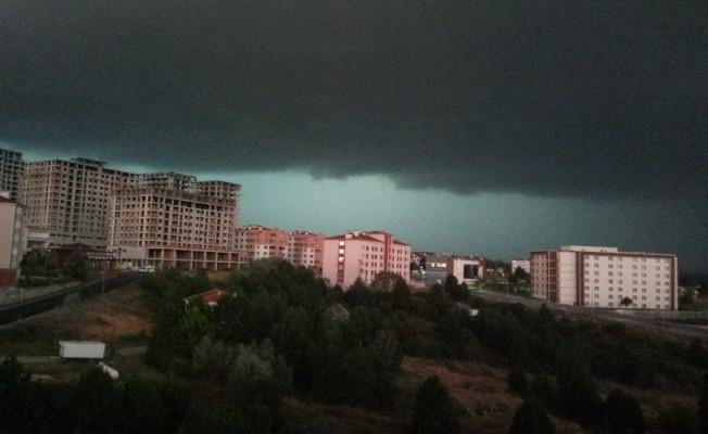 Kastamonu'yu vuran dolu yağışı öncesi kara bulutlar gökyüzünü böyle kapladı