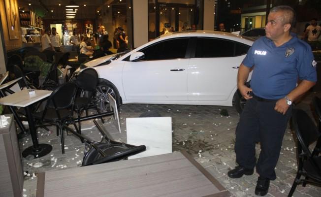 Kontrolden çıkan otomobil kafeye girdi: 5 yaralı