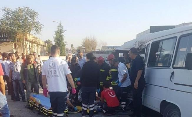 Konya'da kamyonet ile servis minibüsü çarpıştı: 1 ölü, 8 yaralı