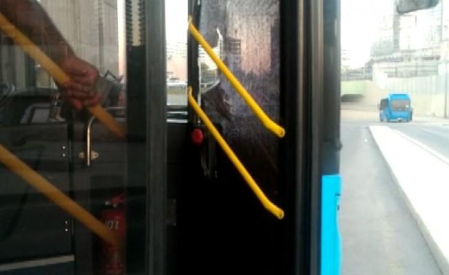 (Özel) Akbil kartı geri gelmeyen adam otobüsün camlarını kırdı