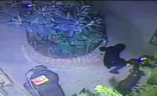(Özel) Şişli'de motosikleti çalabilmek için yerlere yatan hırsızlar kamerada
