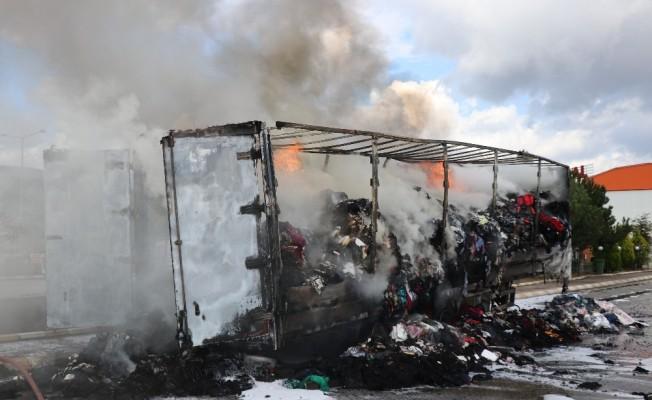 Park halindeki tekstil malzemesi yüklü tır alev alev yandı