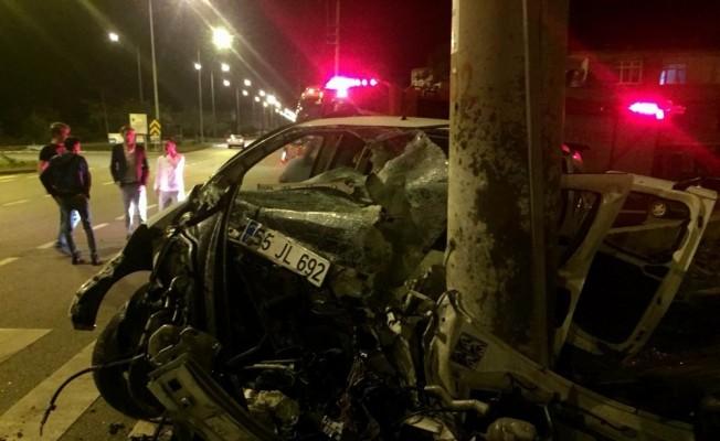Samsun'da kamyonet elektrik direğine çarptı: 3 yaralı