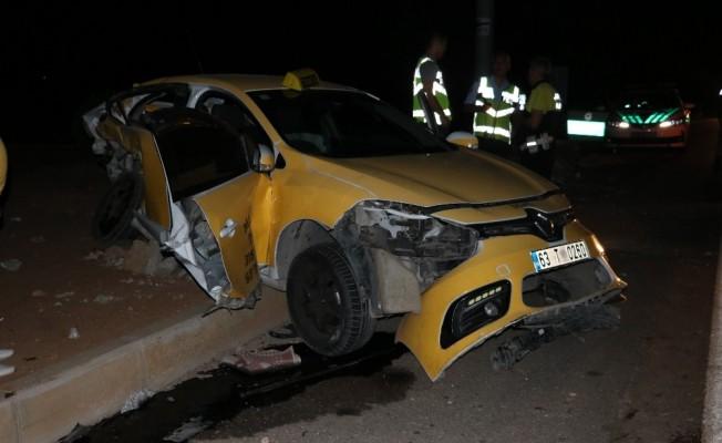 Şanlıurfa'da ticari taksi ile otomobil çarpıştı: 1'i ağır, 5 yaralı