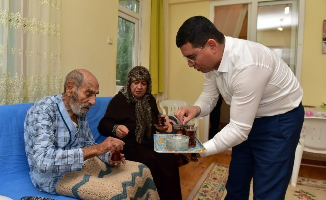 Tütüncü'den Kore Gazisi ve eşine çay servisi