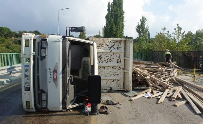 Uludağ yolunda devrilen kamyonetten çıkıp kaçtılar