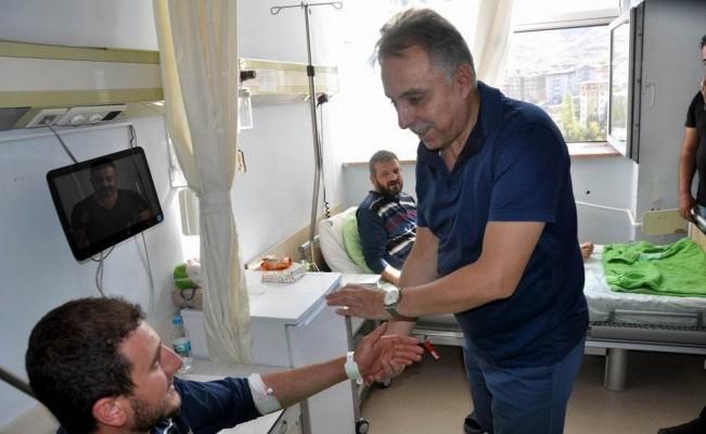 Vali Toprak, yaralı asker ve işçileri ziyaret etti