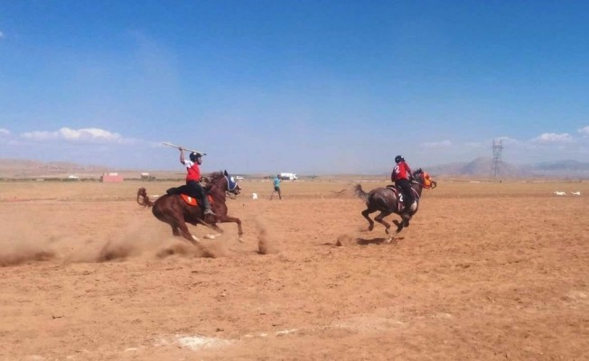 Yazıhan'da atlı cirit heyecanı