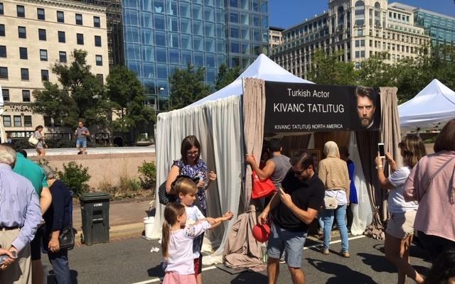 ABD'deki Türk Festivali'nde Kıvanç Tatlıtuğ standı kuruldu