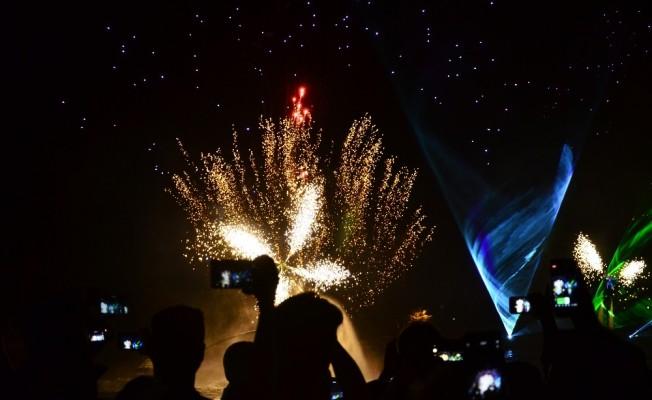 Adanalılar Lezzet Festivali'nde ışık ve havai fişek gösterisiyle coştu