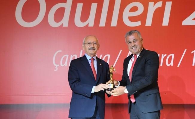 Başkan Sözen ödülünü Kılıçdaroğlu'ndan aldı