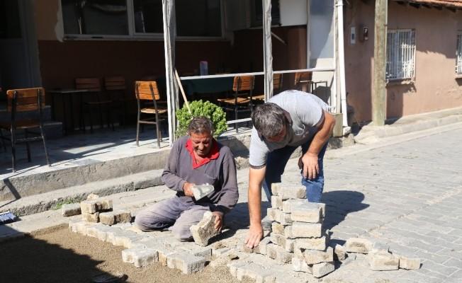 Burhaniye Belediyesi yolların bakım ve onarımına devam ediyor
