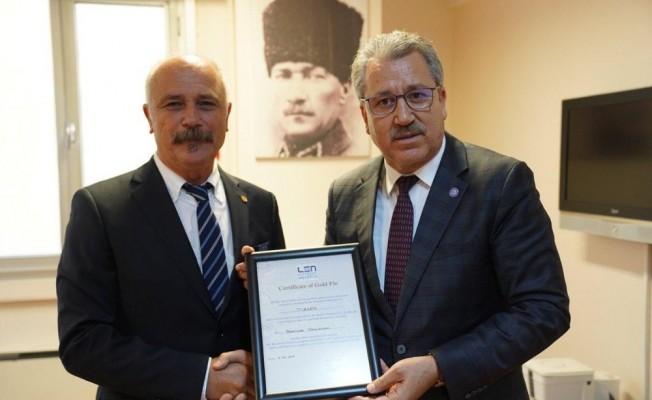 Egeli başarılı bilim insanı Prof. Dr. Özçaldıran'a 'Altın Rozet' ödülü