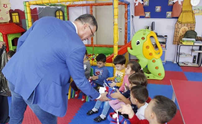 Kızılay'ın gönderdiği 70 çift ayakkabı öğrencilere dağıtıldı