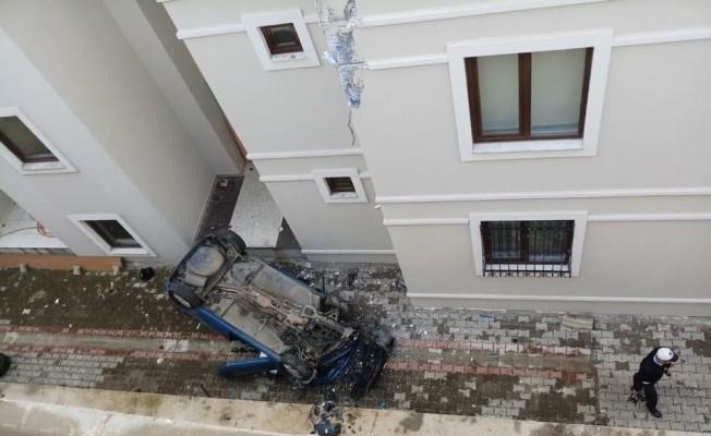 Otomobil apartman boşluğuna düştü: 1 yaralı