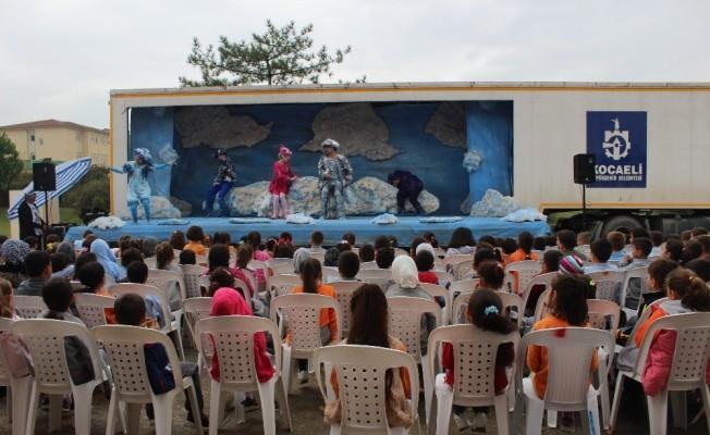 (Özel Haber) Tır dorsesinde kurulan sahne, köy çocuklarını tiyatro ile buluşturuyor