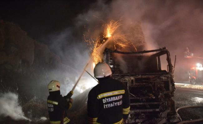 Şanlıurfa'da saman yüklü tır yandı