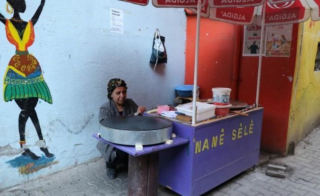 Hastalığını bir tarafa bıraktı, çocuklarını geçindirmek için gözleme satmaya başladı
