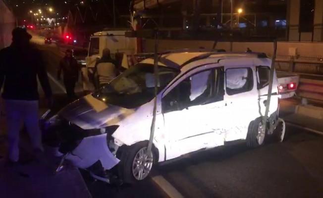 Kuşadası'nda alkollü sürücü emniyet önünde tretuvara çarptı; 1 yaralı