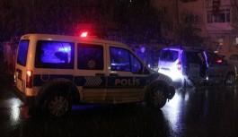 Dur ihtarına uymayan şüphelilere polis ateş açtı
