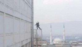 Bursa'da yangın merdiveninde intihar girişimi