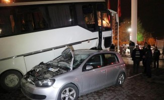 Minibüs iki aracı ezdi!