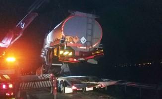 Lastiği patlayan tanker tıra çarptı: 1 yaralı