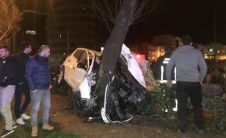 Bursa'da feci kaza! Ağaca saplandı