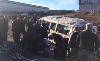 Bursa'da servis aracı otomobille çarpıştı! Çok sayıda kişi yaralandı