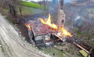 Elektrik kontağından çıkan yangın 2 evi küle çevirdi
