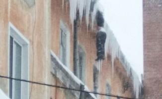 Görenler gözlerine inanamadı! Tamirci binanın tepesinde donarak öldü